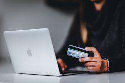 Nieautoryzowane transakcje i utrata środków zgromadzonych na rachunku bankowym.